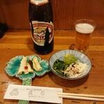 直菊 - 瓶ビールと通し   香の物は常連さんの差し入れ