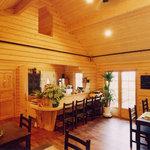 オープンカフェ はぴねす - コテイジ風のつくりは木の香りがして癒してくれます。