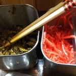 風来軒  - 味変の辛子高菜と紅しょうが