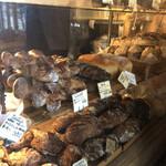 147123610 - 暗めのショーケースに美味しそうなパンがずらり♡