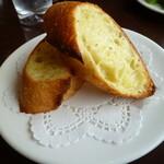 レストランDon - ガーリックバターたっぷり染み込んだガーリックトーストおいしい♡
