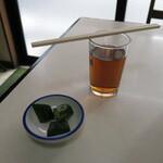 147161632 - お冷やの麦茶とお新香