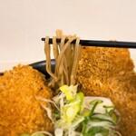 新月 - 新月@藤沢 豚カツそば そばリフト 豚カツがデカ過ぎて蕎麦が引きずり出せない