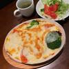 おしゃべりな亀 - 料理写真:トマトとブロッコリーの焼きオムライス、ホワイトソースかけ。