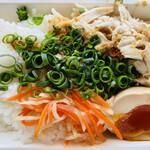 フォー ラスカル - 鶏肉飯(ジーローハン) 見た目は…心配になりますが、実はこれが驚くほど美味しい。