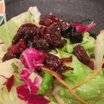 """トゥ・ラ・ジョア - サラダとドライフルーツの赤ワイン煮を合わせると """"Mのサラダ"""" に (2012/09)"""