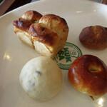 ククサ - レーズンミニ食パン(150円)、まめパン(100円)、ひとくちあんぱん(70円)、栗とクルミのパン(70円)