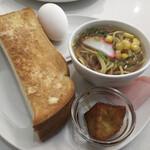 喫茶ハーモニー - モーニングセットは、トーストに茹で卵という基本形にプラスして大学芋とラーメンというラインナップ。 これがモーニングサービスとして無料で付いてきます。 トーストに茹で卵以外は、おそらく日替わりでしょうね