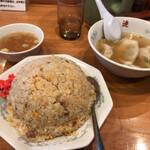 さっぽろ純連 - 料理写真:チャーハン大盛(740円)とスープギョーザ(200円)