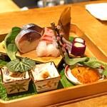 むろまち 加地 - お造り  鯖寿司、平目、鯛、サヨリ、みなもと葱、生雲丹、河豚のてっぴ おろしポン酢がけ、アイスプラントが添え