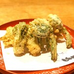 むろまち 加地 - 山菜の天ぷら  こごみ、たらの芽、蕗の薹(たぶん)