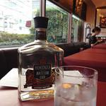 エフエム・ダイニング・カフェ・バー - 大きな窓からの採光がよく、午後などはゆっくりとくつろげる雰囲気です。お酒はマスターオススメのジン。ロックにライムがイケます。