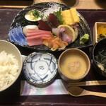 海鮮屋 鳥丈 - 海鮮5点刺身定食 茶碗蒸し、お吸い物付き、半ライス