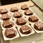 トスティーナ - グリオットとチョコレートのケーキ@チョコクリームとチェリーたっぷり。チョコジェノワーズに薄く生クリームとチョココポー飾り。アルコールは感じず