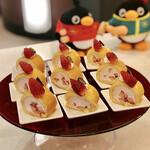 トスティーナ - いちごロールケーキ@薄焼きジェノワーズにたっぷり果肉入り苺のクリーム
