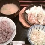 焼鶏 番番 - 鶏の鉄板ねぎ塩焼き
