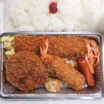 キッチン台栄 - ミックスフライ弁当 950円 ※メンチ・エビ・イカは通常ヒラメの代替(キッチン台栄)