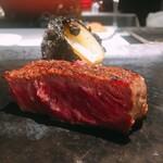 147247009 - 栃木霧降牛と玉葱。お店の窯で焼き上げる玉葱は薪で、お肉は炭で。(お昼は薪が使えないそうです)