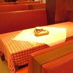 ルージュトマト - テーブルの上には紙が敷いてあっていつでも落書きOK!