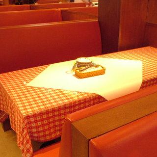 ソファでゆったりお座り頂けるお席です。