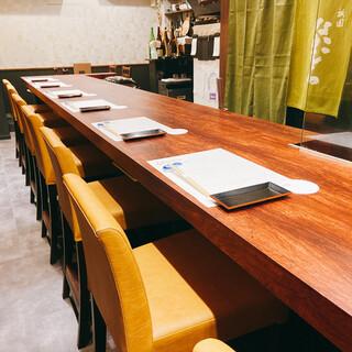 カウンター7席と4名テーブルが一つと落ち着いた空間