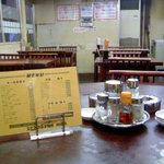 中華 信さん - 入り口すぐ右側にある円卓です。