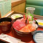 五郎鮨 - サラダっ赤だしが付いています。