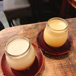 いか玉焼と串カツ マハカラ - マハカラのうれしいプリン カスタードプリン(右)と白プリン(左) 各390円