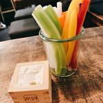 いか玉焼と串カツ マハカラ - お通しの野菜スティック