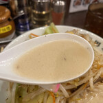 濃厚タンメン三男坊 - タンカラ1,030円の濃厚タンメンのスープのアップ