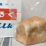 牛乳食パン専門店 みるく - 料理写真:牛乳屋さんの美味しい食パン ¥700(税込) キメ細かくてふんわり バター乗せたけど、なしで食べてみても美味しかった