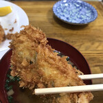しいはし食堂 - 料理写真:赤崎産カキフライ1100円。大きさを感じていただくために、お椀と比較してみました(笑)。大ぶりな牡蠣はジューシーに揚がり、とーっても美味しかったです(╹◡╹)(╹◡╹)。が、ハズレも。。