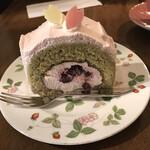 カフェ・ル・グレ - 桜とダークチェリーのロールケーキ