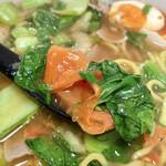 中華さと - ゆで卵、青梗菜、セロリ、トマトがメインに豚肉や烏賊下足!?