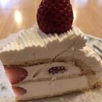 147337056 - イタリアンショートケーキ638円。かなりモッタリした生クリームは甘くて濃厚で、苺がないと辛いですね。。。相性は良く、これはこれで美味しかったです(^。^)
