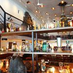 モンスーンカフェ - 今回は窓際ではなく2階席がよく見えるテーブル