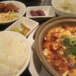 Bishokutenchiharuka - 夜の定食セット。単品に+250円で色々ついてきます。こちらはマーボー豆腐。