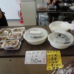 赤城緑の駅 - 料理写真:レジ周りではおにぎりや惣菜も販売