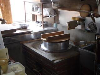 富サン - 磨き上げられた茹釜と製麺場の一部