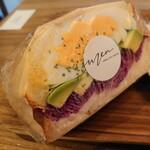 men  - 自家製鶏ハムとアボカドのサンド✨紫キャベツの下が鶏ハムです!