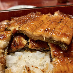 竹の屋 - 鰻は、地焼きスタイルで結構強めの焼加減。