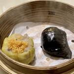 新広東菜 銀座 嘉禅 - シェフおすすめ本日の蒸し点心2種 ◎ 黒色は竹炭の海老焼売 ◎ 黄色は海老と豚肉の焼売