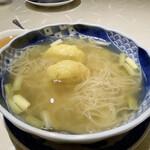 新広東菜 銀座 嘉禅 - 海老雲呑麺 上湯スープに金華ハムのお出汁、澄んだ黄金色でさっぱりとしながらも、とても味わい深く感じます。 麺は細麺、色は白くシコシコ、独特な食感はたまご麺に似て、スープにとても合っていました。
