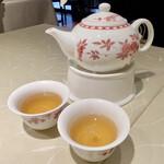 新広東菜 銀座 嘉禅 - 中国銘茶 林檎と桃のお茶 桃の甘い香りが強いですが、味は間違いなくお茶です。 ほのかに甘みもありますが、香りとのギャップが面白いお茶です。