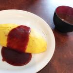 洋食家ロンシャン - 料理写真:オムライスと赤だしの味噌汁