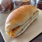 かめしまパン - *やわらかチキンとキャベツの甘辛ソース ライ麦サンド(¥200)