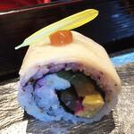 SHARI THE TOKYO SUSHI BAR - 周りをタケノコの薄切りで巻き梅ペーストの上に菊の花びらをトッピング。ゆかりの香りとごぼう、山菜、卵焼き