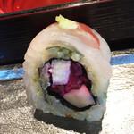 SHARI THE TOKYO SUSHI BAR - 一番気に入った鯛のロール寿司。中は長芋としば漬け、たけのこ。桜の葉の塩漬けが香りのアクセント。