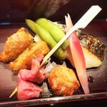 SHARI THE TOKYO SUSHI BAR - しんじょう、野菜のつくねなど食感の違いが楽しい揚げ物、旬のさわら塩焼きにローストビーフがさりげなく。ミョウガの酢漬けが素敵なアクセント。
