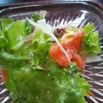 和食の家レンゲ - サラダを取り分けました